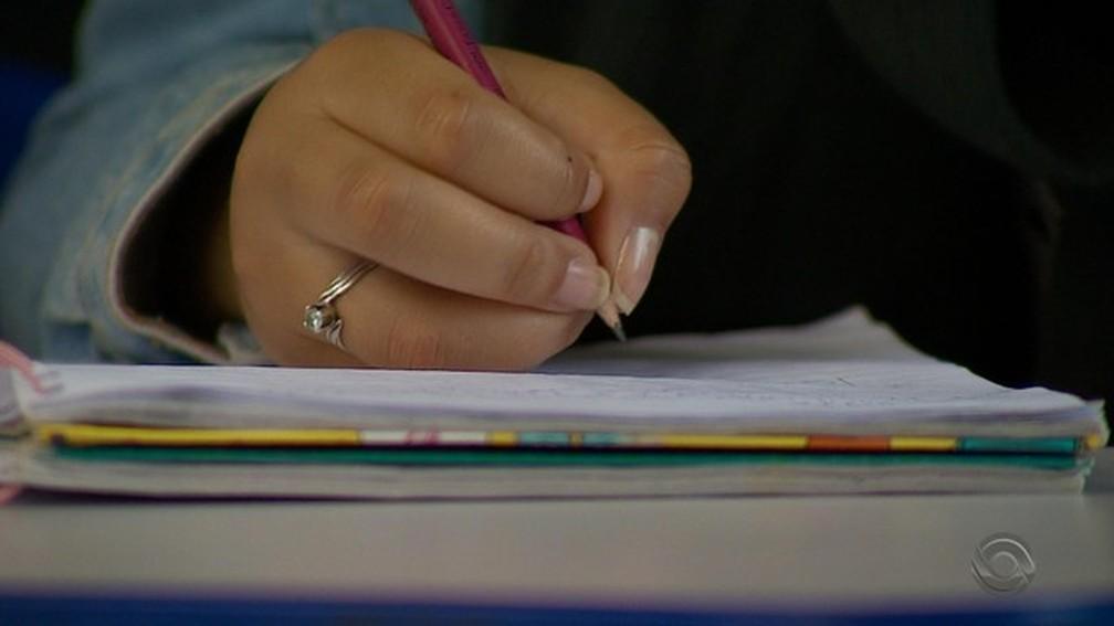 70% dos alunos do Ensino Médio têm aprendizado insuficiente em português e matemática — Foto: Reprodução/RBS TV