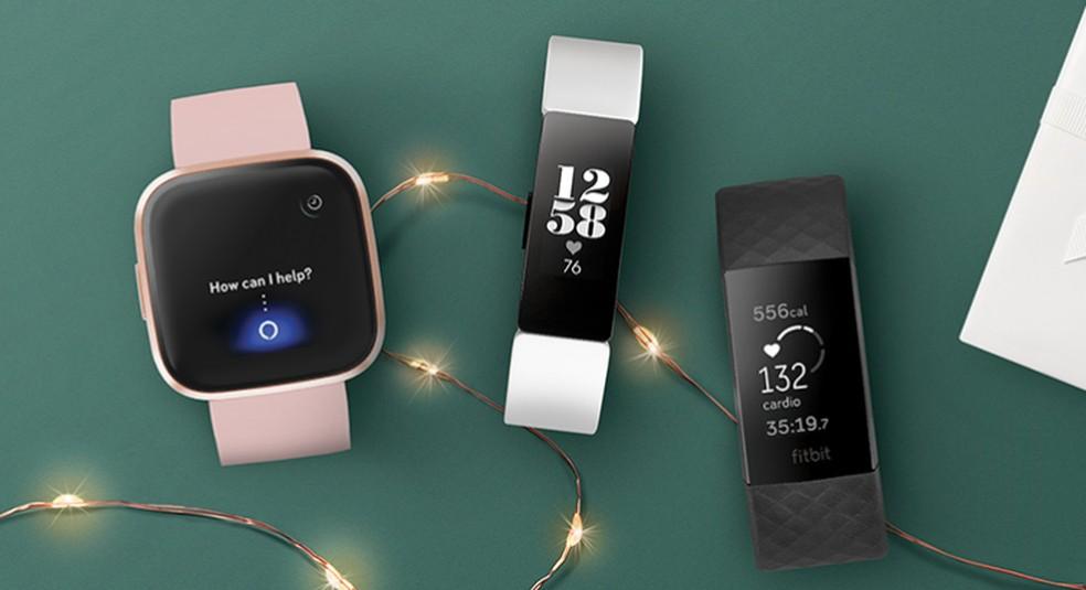 Acessórios da Fitbit detectam passos, batimentos cardíacos e outros detalhes da saúde do usuário — Foto: Divulgação/Fitbit
