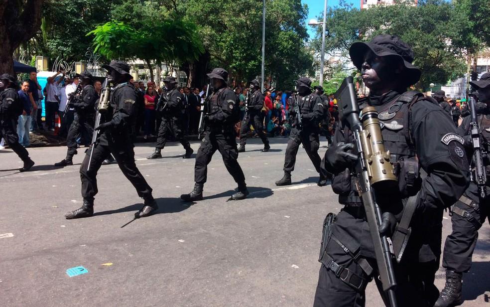Tropas desfilam no 7 de setembro em Salvador (Foto: Henrique Mendes/G1)