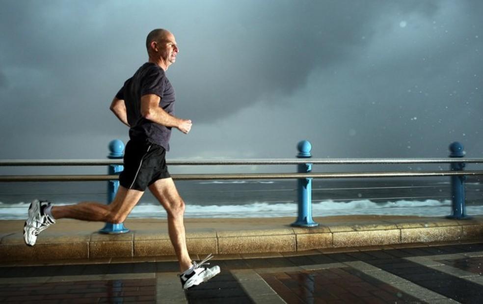 O exercício físico é uma das melhores formas de prevenir e controlar complicações advindas de doenças, incluindo à Covid-19 — Foto: Divulgação Getty Images
