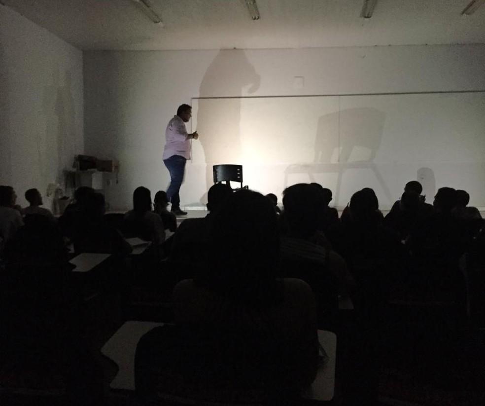 Cursinho também usou celulares para iluminar a aula durante a queda de energia — Foto: Divulgação