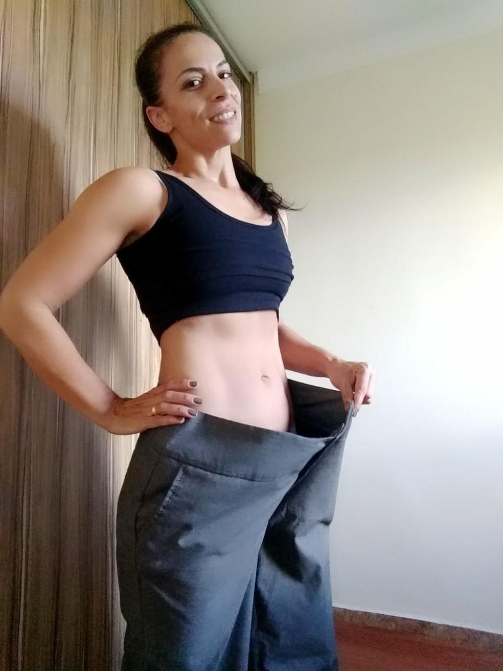 Paula Edo guarda uma calça para relembrar a luta pela perda de peso; ela trocou o número 52 pelo 40 (Foto: Arquivo pessoal)