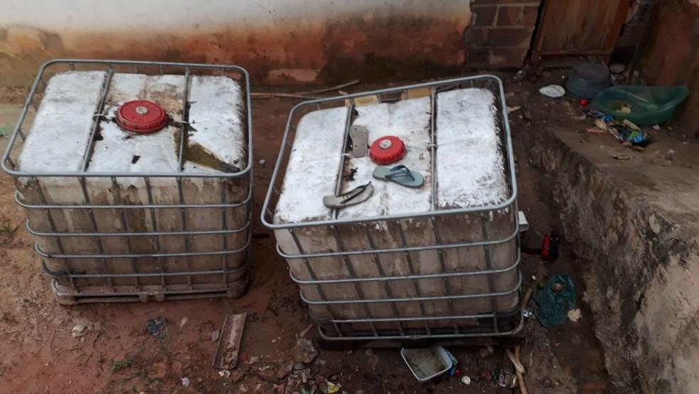 Polícia apreendeu galões onde eram o grupo armazenava o combustível roubado (Foto: Polícia Civil)