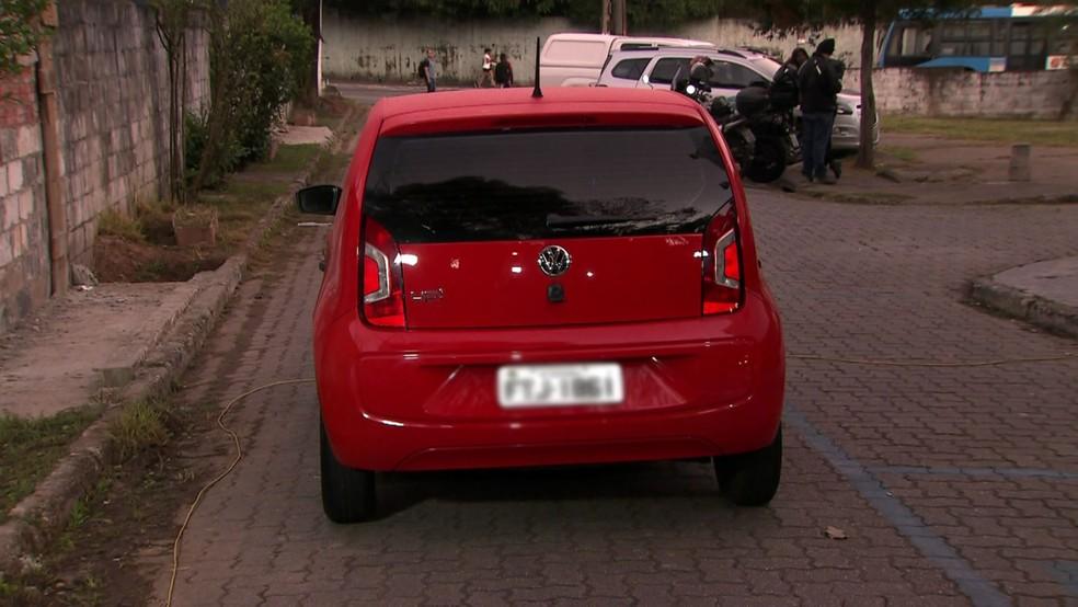 Carro utilizado na fuga do comerciante Paulo Cupertino Matias, principal suspeito da morte de Rafael Miguel — Foto: Reprodução/TV Globo
