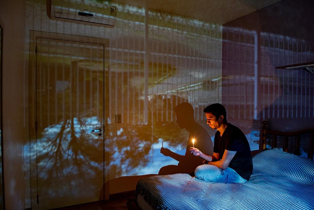 Ensaio usa princípio da 'camera obscura' para fundir vista da janela com interior de casas durante a pandemia — Foto: Rodrigo Blum/obs-cu-ra Pandemic Portraits