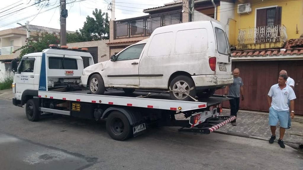 Força-tarefa remove 25 carros abandonados das ruas em Guarujá - Notícias - Plantão Diário