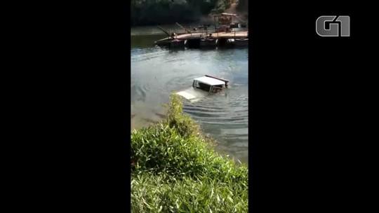 Caminhonete cai em rio e motorista reclama de insegurança na balsa; vídeo