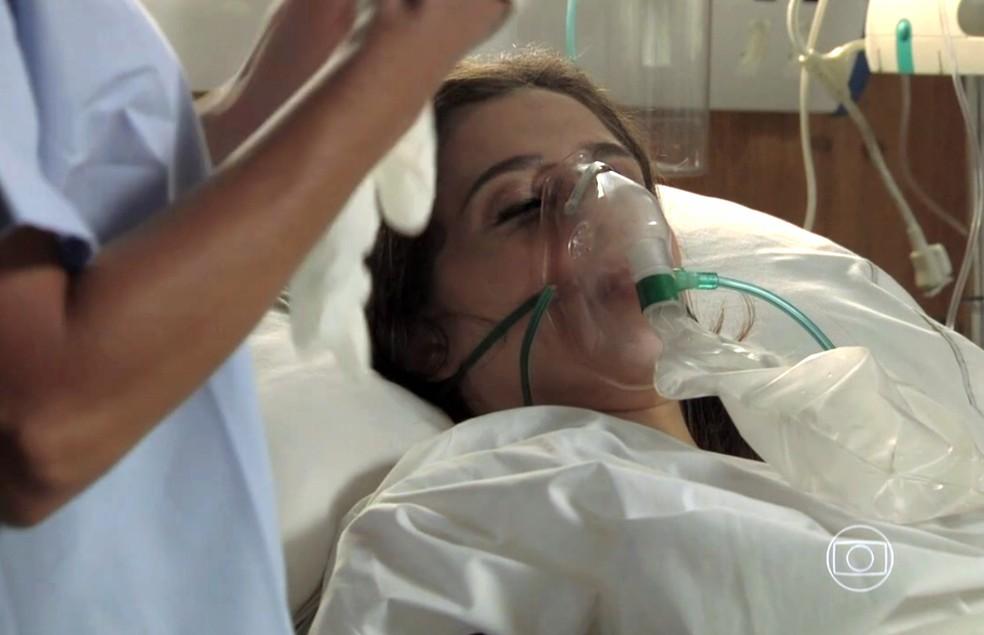 Cora (Marjorie Estiano) tenta contar quem tentou matar José Alfredo (Alexandre Nero) - 'Império' — Foto: Globo
