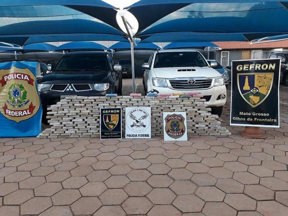 Droga, caminhonetes e armas foram apreendidas com criminosos  (Foto: Gefron-MT/ Assessoria)