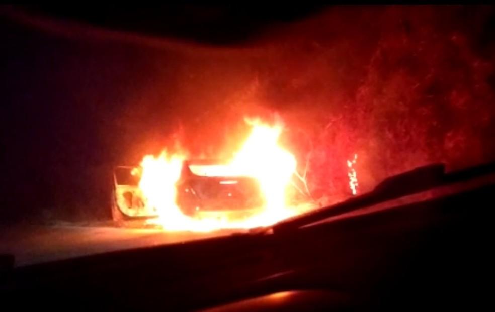 Carro foi encontrado incendiado em rodovia — Foto: Arquivo pessoal