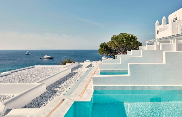 Myconian Ambassador - Vista dos quartos do resort cinco estrelas mais antigo da ilha, que fica a dois minutos da praia de Gialos (Foto: Divulgação e Reprodução/Instagram)