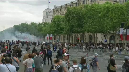 Policiais e manifestantes entram em confronto em Paris