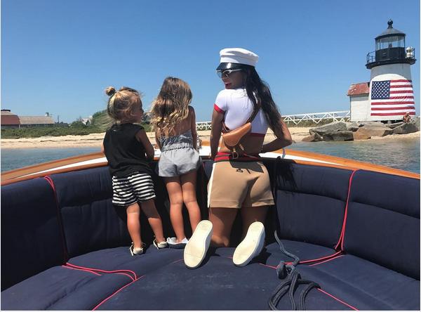 A celebridade Kourtney Kardashian com as filhas (Foto: Instagram)