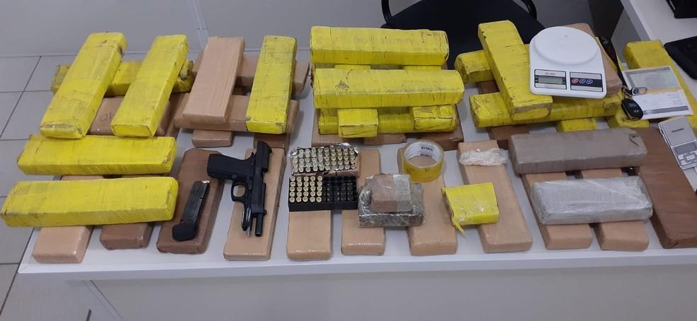 Arma da polícia do CE e 40 quilos de maconha são apreendidos em condomínio no sudoeste da BA — Foto: Divulgação/SSP-BA