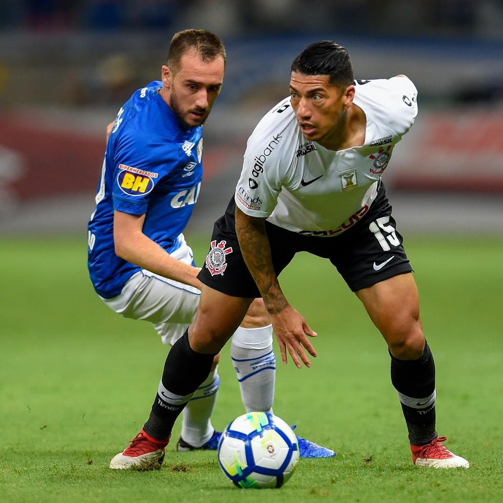 Ralf em disputa de bola com Mancuello na derrota do Corinthians para o Cruzeiro por 1 a 0 — Foto: Douglas Magno/BP Filmes