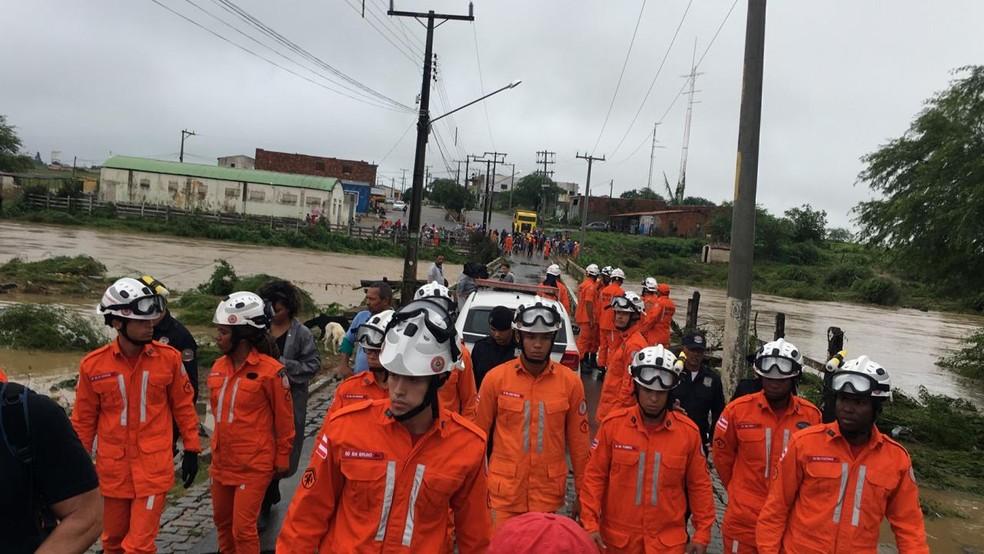 Agentes do Corpo de Bombeiros chegaram a Coronel João Sá na manhã desta sexta-feira (12) — Foto: Alan Tiago/G1