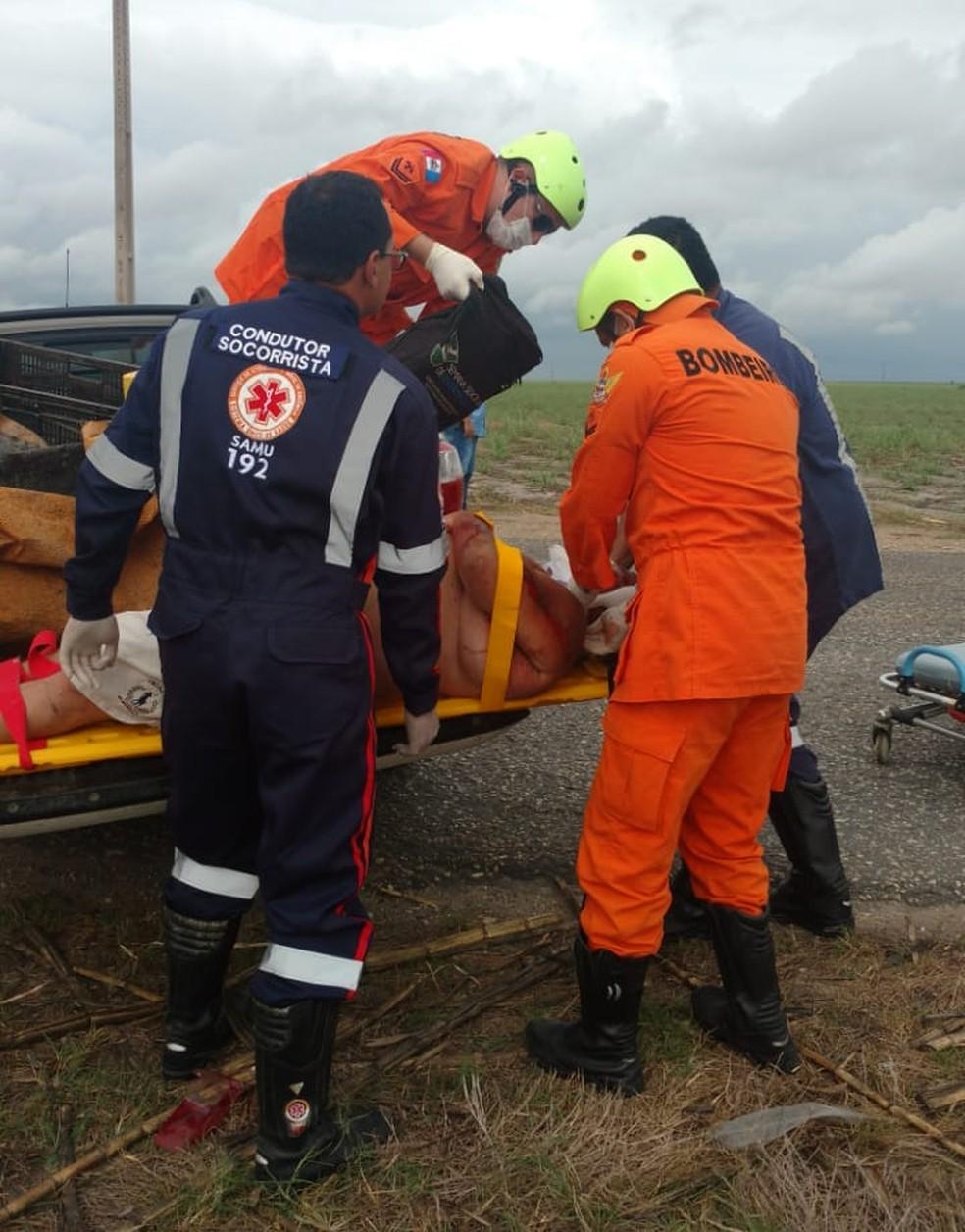 Vítima ferida em colisão na AL-110 é do sexo masculino e foi levada para a UPA de Penedo — Foto: Corpo de Bombeiros/Ascom
