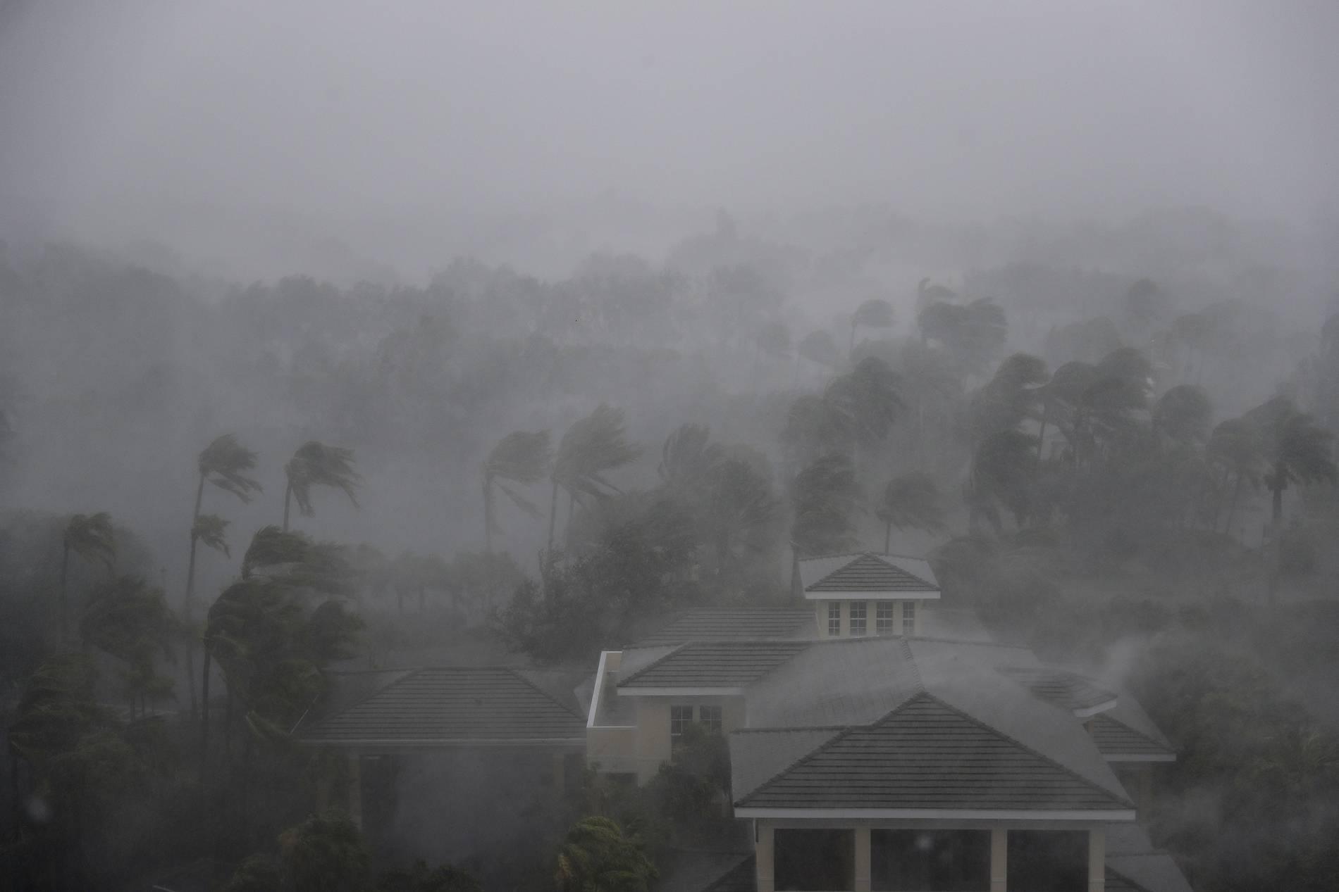 O olho do furacão Irma passa por Naples, na Flórida