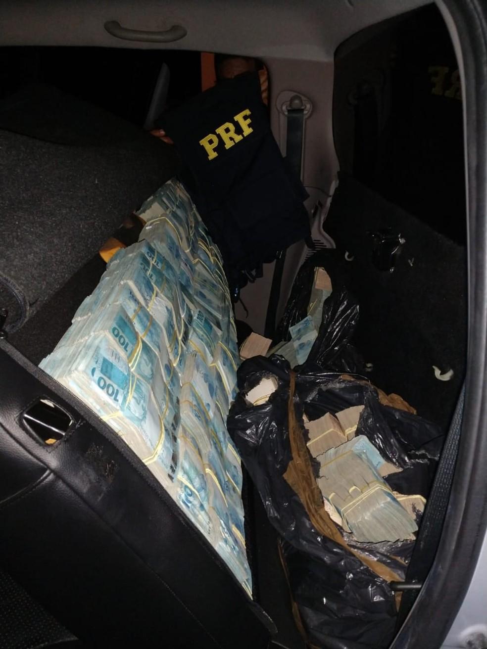 Motorista e passageiros de caminhonete foram presos com R$ 4,6 milhões em Poconé — Foto: Polícia Rodoviária Federal de Mato Grosso/Assessoria