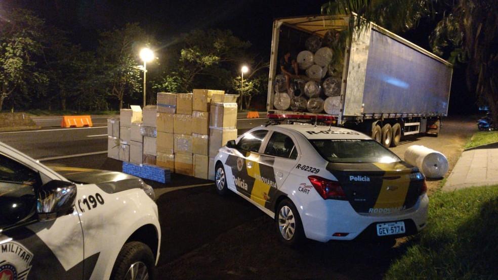 Segundo a polícia, produtos estavam sem nota fiscal em Santa Cruz do Rio Pardo — Foto: Polícia Rodoviária/Divulgação