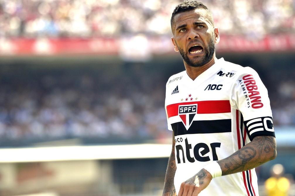 Daniel Alves em jogo do São Paulo — Foto: Marcos Ribolli