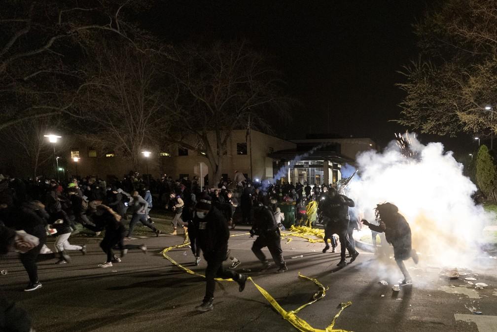 Polícia dispersa multidão que protestava em frente ao Departamento de Polícia de Brooklyn Center, no domingo (11), após a mote de Daunte Wright durante uma abordagem policial — Foto: Carlos Gonzalez/Star Tribune via AP