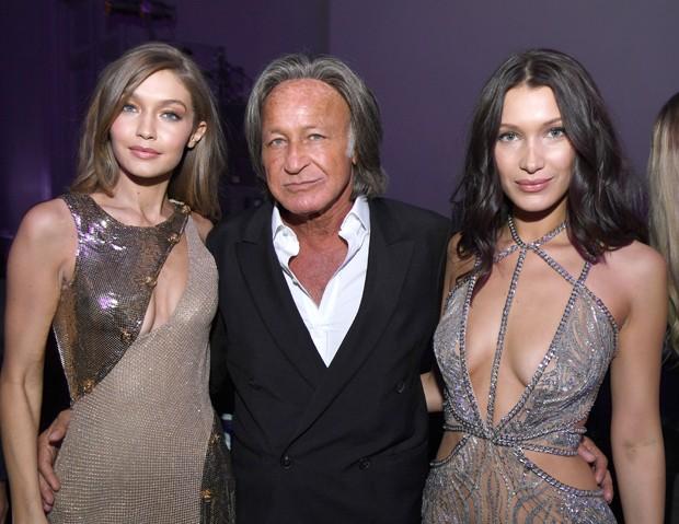 Mohamed Hadid ao lado das filhas Gigi e Bella (Foto: Getty Images)