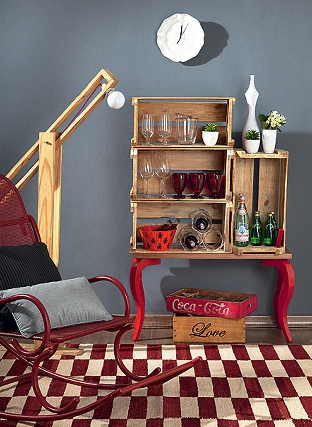 Para criar um bar, a Move Móvel juntou os pés de compensado avulsos a quatro caixotes de feira. O móvel improvisado é perfeito para guardar caixas e garrafas (Foto: Carlos Cubi/Editora Globo)