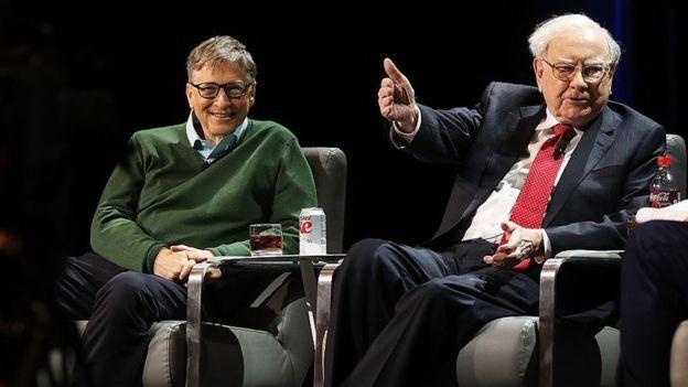 """Segundo o cofundador da Microsoft, Buffett """"pensa diferente"""" sobre tudo na vida (Foto: Getty Images via BBC News Brasil)"""