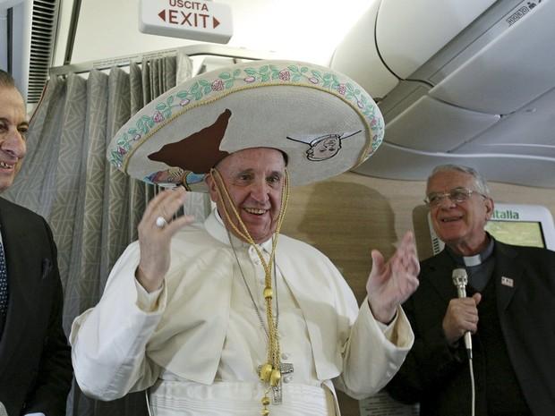 Papa usa sombrero que ganhou de presente de um jornalista que estava em seu avião para Havana; pontífice chegou a Cuba às 17h (horário de Brasília) desta sexta-feira  (Foto: Reuters/Alesssandro Di Meo/Pool)
