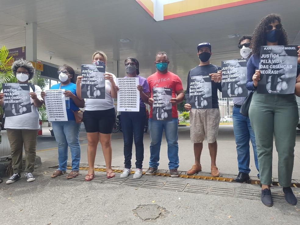 Parentes de Miguel e representantes de movimentos sociais fazem ato durante audiência do caso, no Recife — Foto: Katherine Coutinho/G1