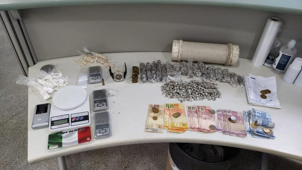 Um homem foi preso e um adolescente foi apreendido com drogas, balança de precisão e dinheiro nesta segunda-feira (30). — Foto: Polícia Civil/ Divulgação