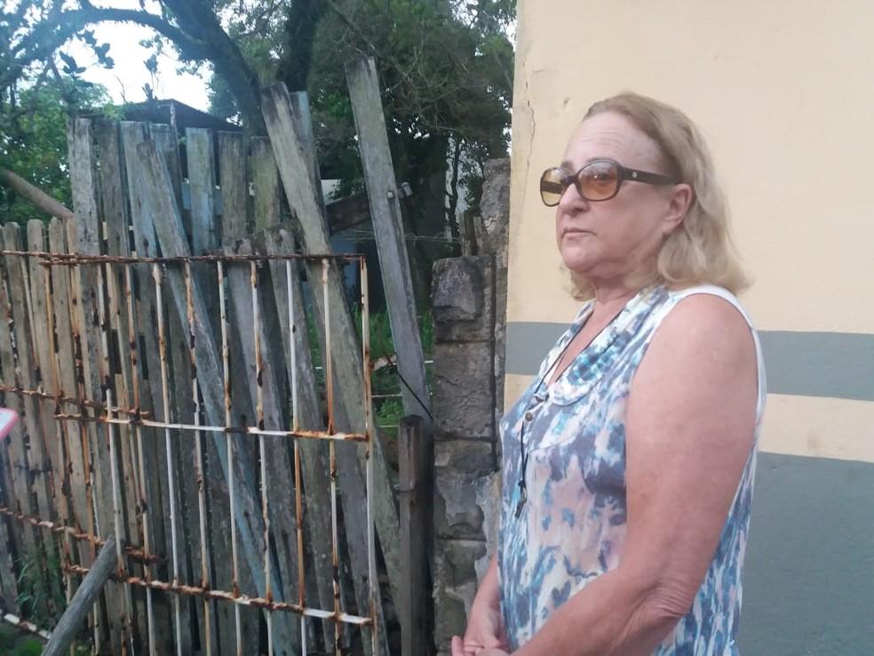 A aposentada Yara mora ao lado da casa onde a ossada foi encontrada — Foto: André Rodrigues / G1ES