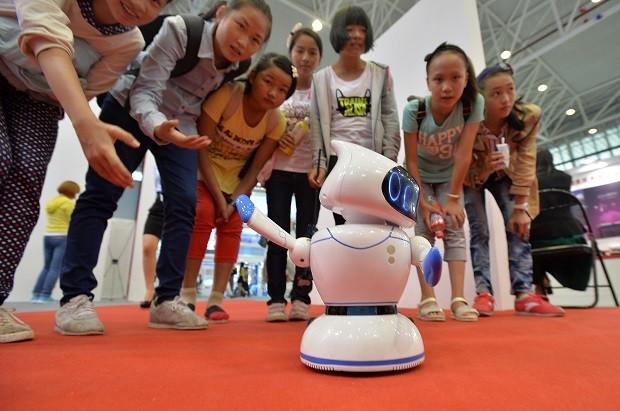 "Crianças chinesas assistem à performance do robô dançante ""Little Apple"" na Science & Technology City International High-tech Expo de 2015 (Foto: VCG/VCG/Getty Images)"