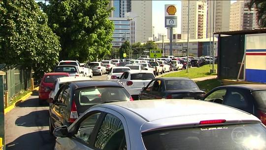 Motoristas dormem em filas para tentar abastecer em postos de cidades do interior de Goiás