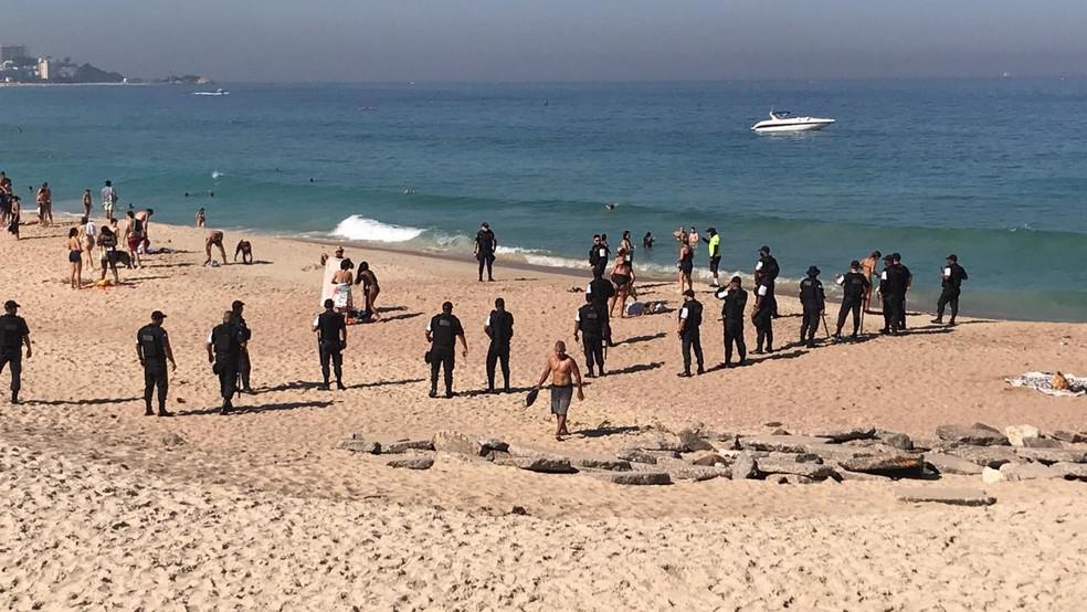 Polícia Militar retira banhistas da areia da Praia do Leblon, na Zona Sul do Rio — Foto: Arquivo pessoal