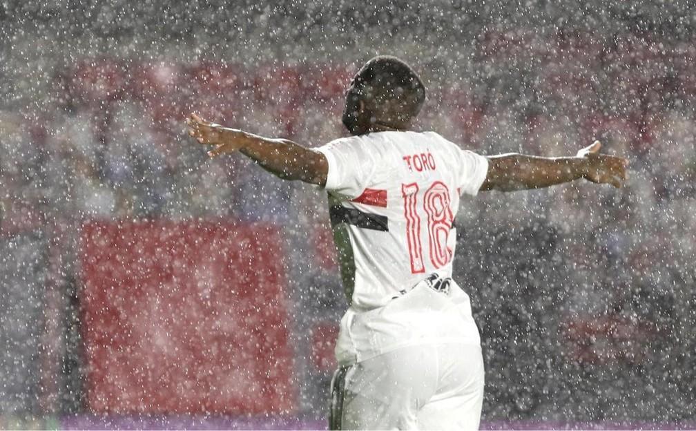 Toró comemora o terceiro gol do São Paulo — Foto: Rubens Chiri/saopaulofc.net