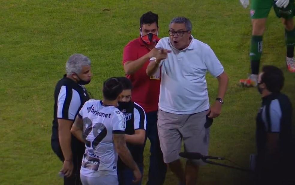 Paulo Carneiro, presidente do Vitória, invade campo e ameaça Vinícius, meia do Ceará — Foto: Reprodução