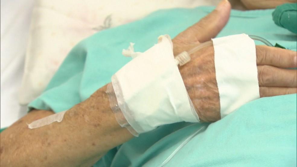 Paciente em leito de hospital no DF — Foto: TV Globo / Reprodução