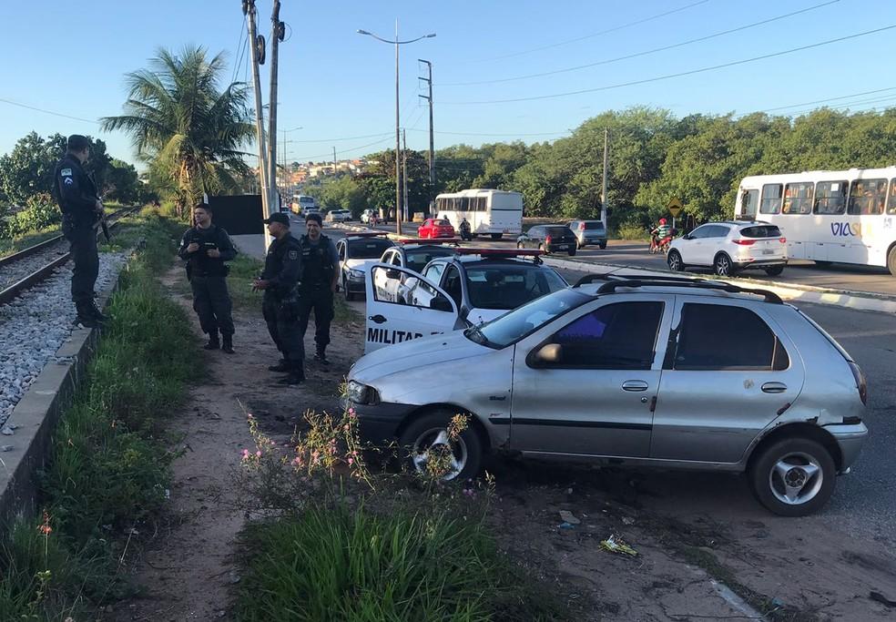 Confronto foi na madrugada desta sexta-feira (29), no Mosquito em Natal; carro de morador foi usado para obstruir avenida (Foto: Kleber Teixeira/Inter TV Cabugi)