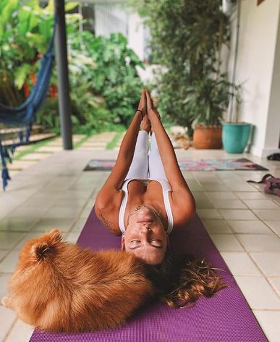 Mariana Goldfarb faz yoga em casa — Foto: Reprodução