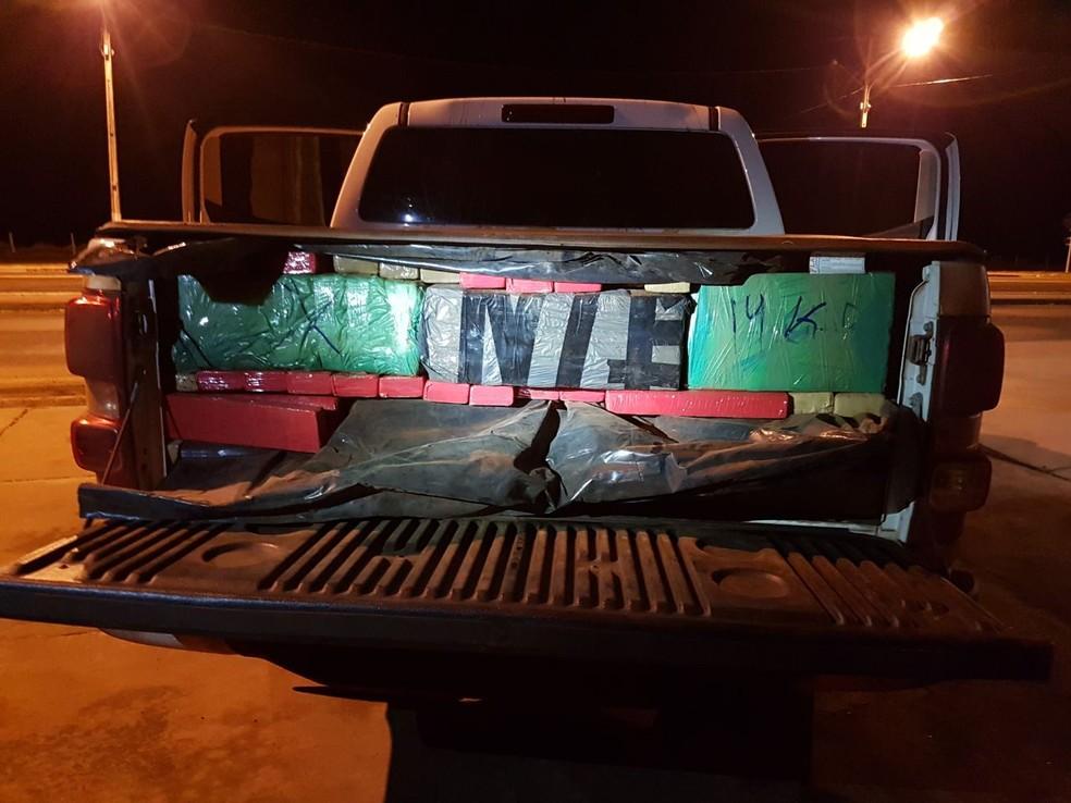 Caminhonete roubada apreendida com 1,2 tonelada de maconha (Foto: PRF/Divulgação)