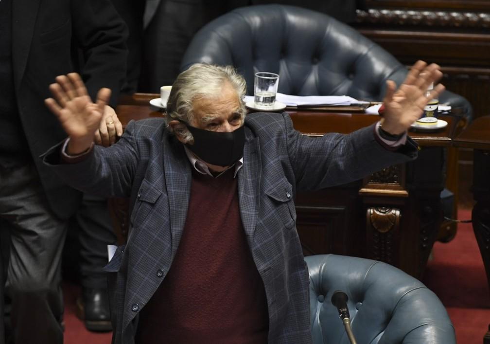 Mujica acena na sessão em que se despediu do Senado uruguaio — Foto: AFP/Pablo Porciuncula