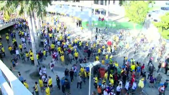 Torcedores chegam ao Maracanã para acompanhar a final da Copa América