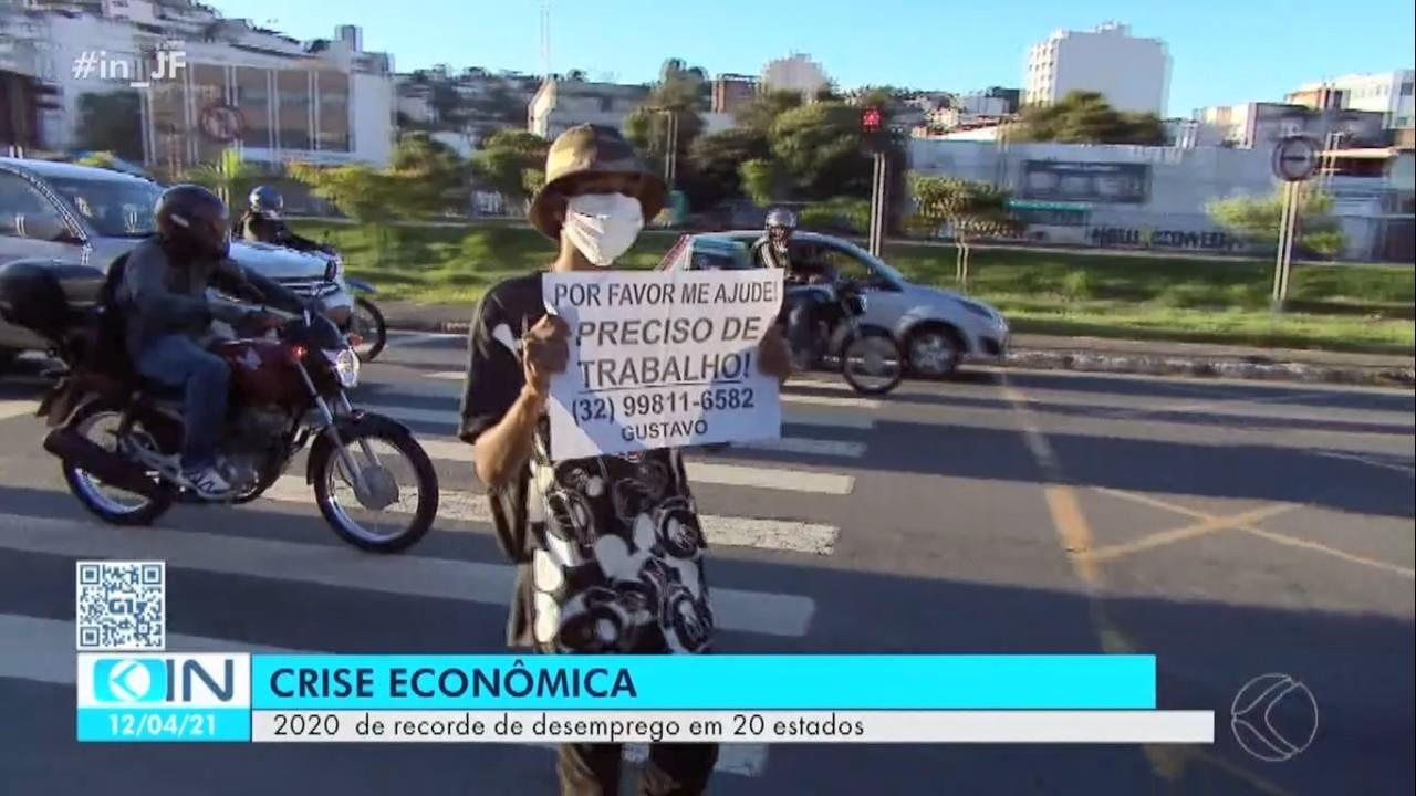 Com cartaz nas mãos, jovem vai às ruas pedir emprego em Juiz de Fora