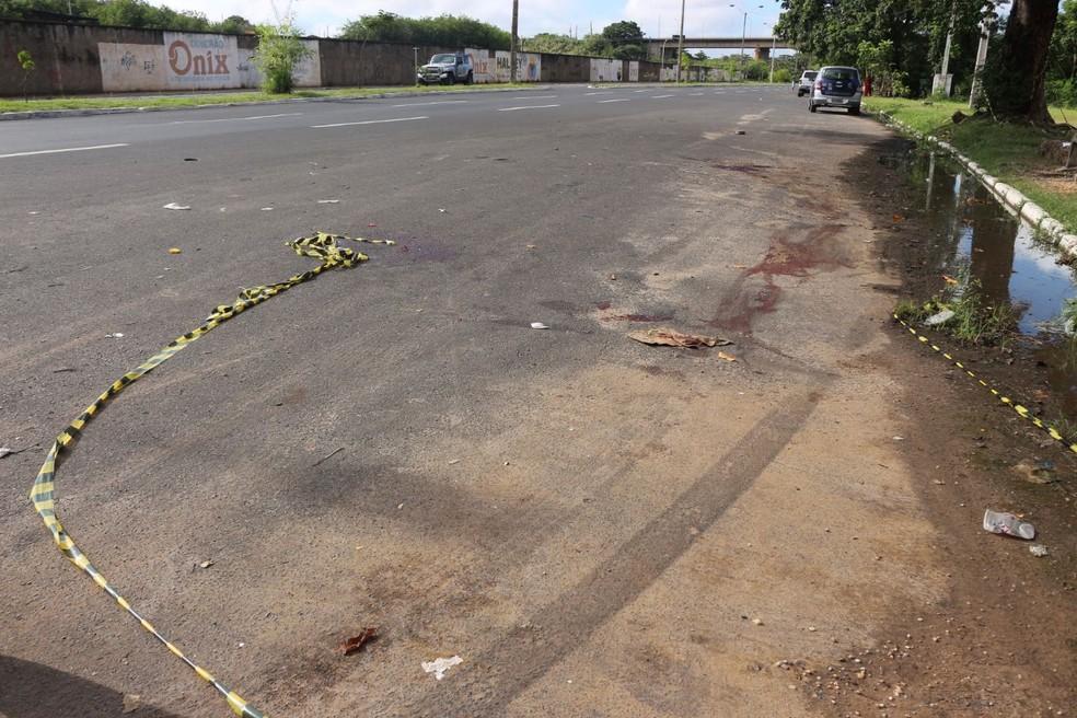 Marcas de pneus foram encontradas próximo ao corpo na Av. Maranhão (Foto: Catarina Costa/G1 PI)