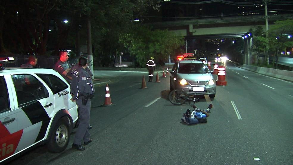 Ciclista é atropelado na Marginal Pinheiros (Foto: Reprodução/TV Globo)
