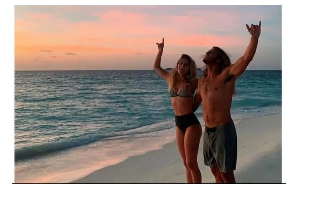 Isabella Santoni e o namorado, o surfista Caio Vaz, viajaram ao destino para surfar (Foto: Reprodução)
