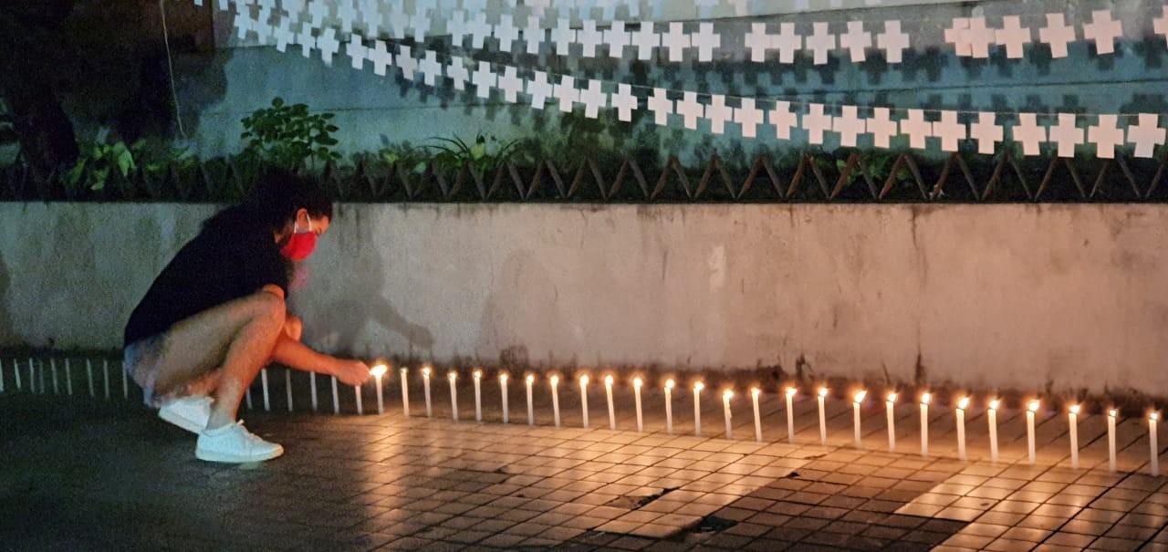Em ato silencioso, 300 velas são acesas em memória aos mortos pela Covid-19 em Nova Friburgo