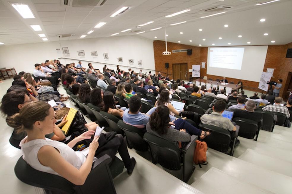 Pesquisadores da Alemanha e da França são os convidados das conferências plenárias, que acontecem no anfiteatro 10 do Instituto Central de Ciências (ICC) — Foto: Beto Monteiro/Secom Unb